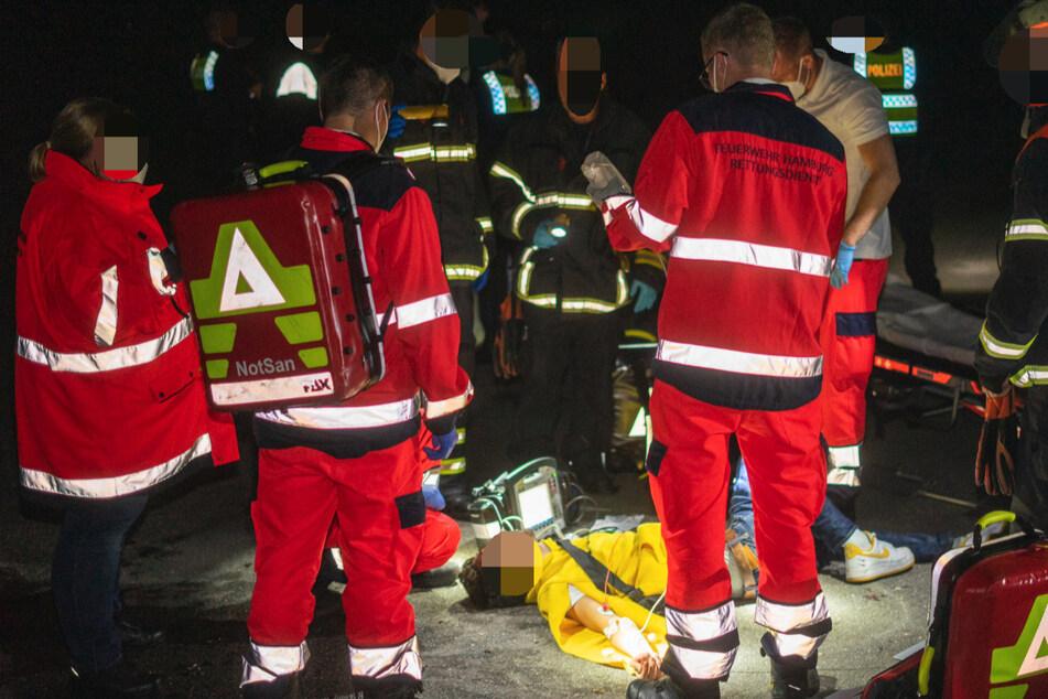 Der am Boden liegende Mann wird von Rettungskräften behandelt.