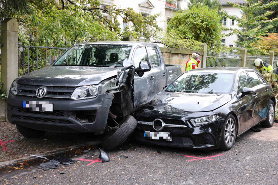 Mehrere Autos wurden durch den Crash beschädigt.