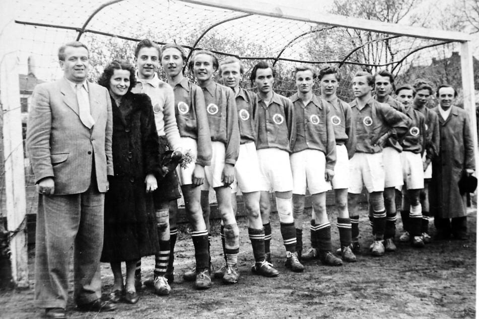 "Die Jugendmannschaft um Wolfgang Oeser (6.v.r.) in den ""Fallschirm""-Trikots. Heimspiele bestritt die Truppe an der Hebbelstraße, heute Platz des SV Post."