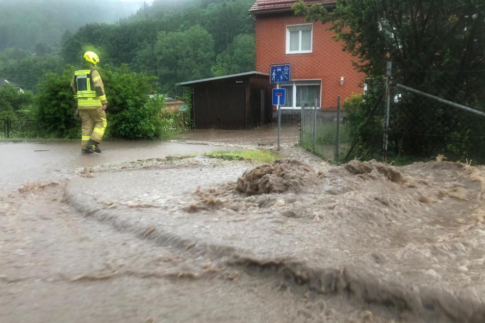 Unwetter wütet in Schleusingen: Wassermassen überfluten zahlreiche Straßen