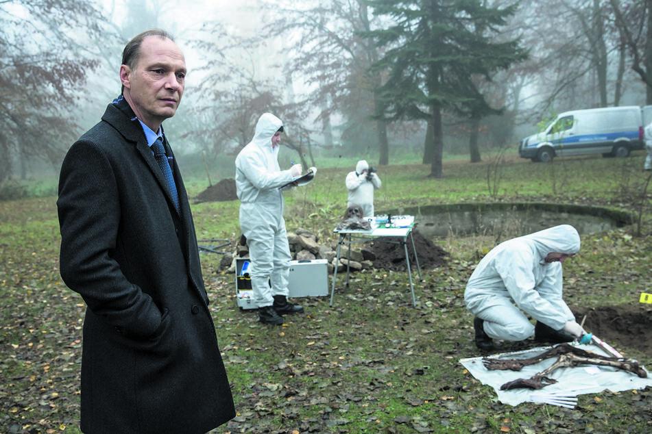 Kommissariatsleiter Peter Michael Schnabel (Martin Brambach, l.) und die Kollegen der Spurensicherung graben im Garten Schauerliches aus.