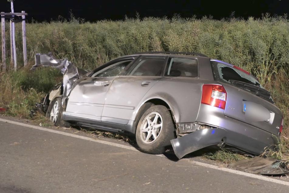 Der Audi war gegen einen Baum geprallt und hatte sich mehrfach überschlagen. Der 36-jährige Fahrer wurde leicht verletzt.