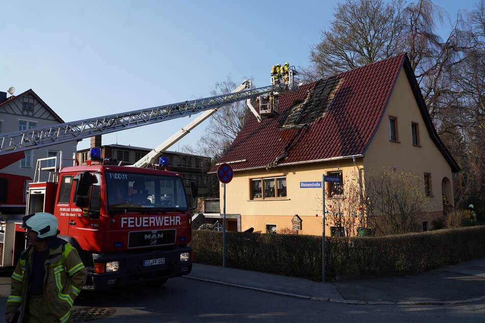 Unter einer Solaranlage konnte die Feuerwehr den Dachstuhlbrand noch im letzten Augenblick löschen.
