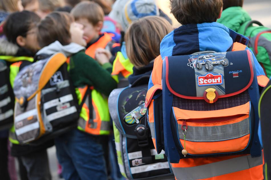 Schüler sind nahe einer Grundschule unterwegs.