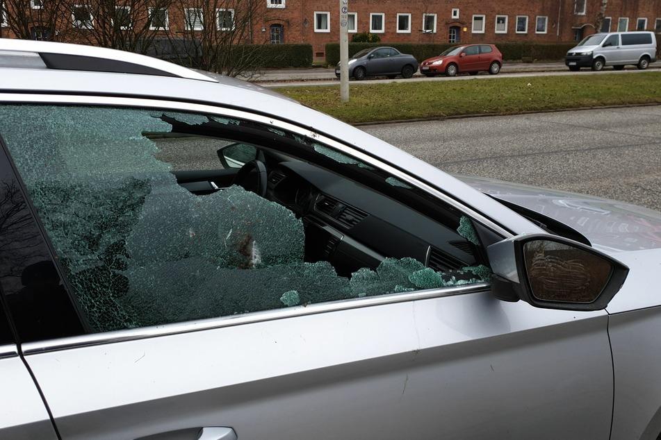 Die Seitenscheiben des Autos wurde zerstört.