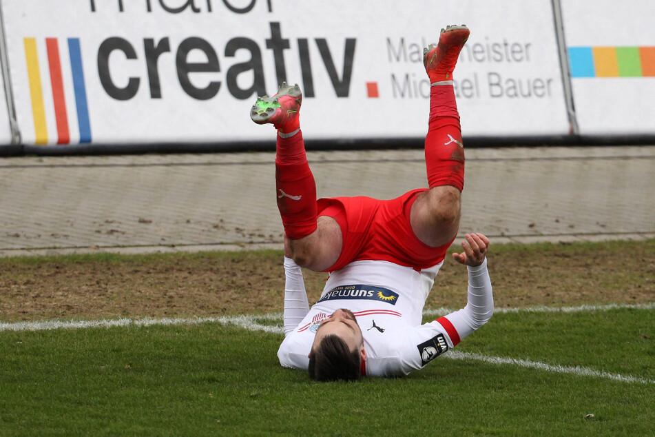 Morris Schröter (25) schlägt nach seinem Treffer gegen Wiesbaden vor Freude einen Purzelbaum.
