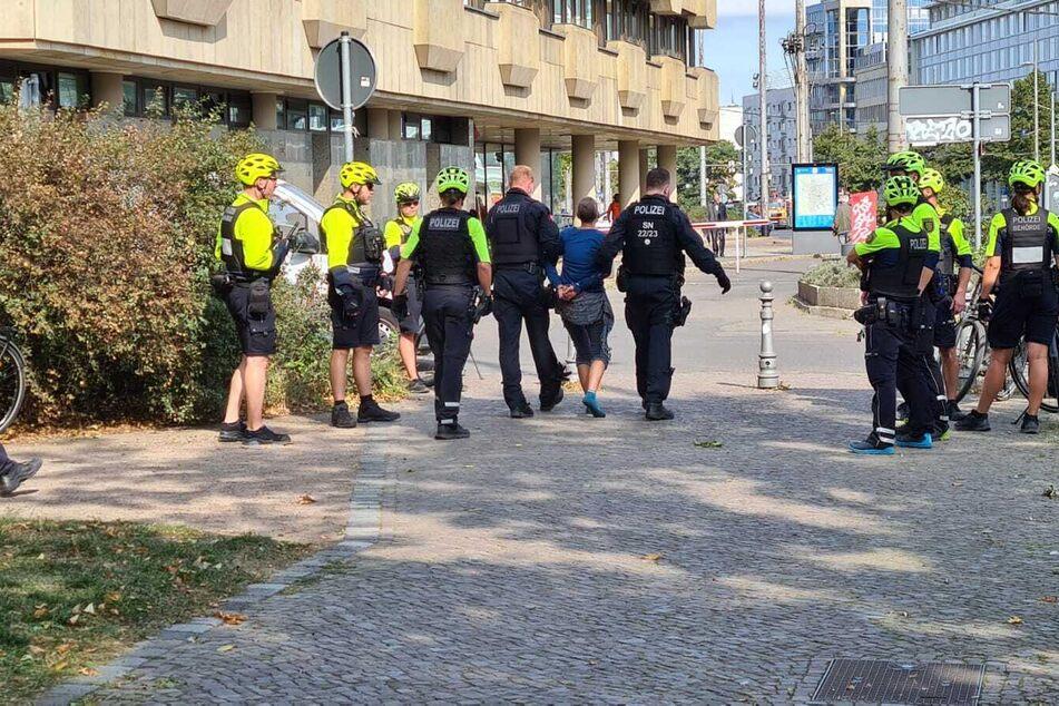 Die Polizisten überwältigten die Frau.