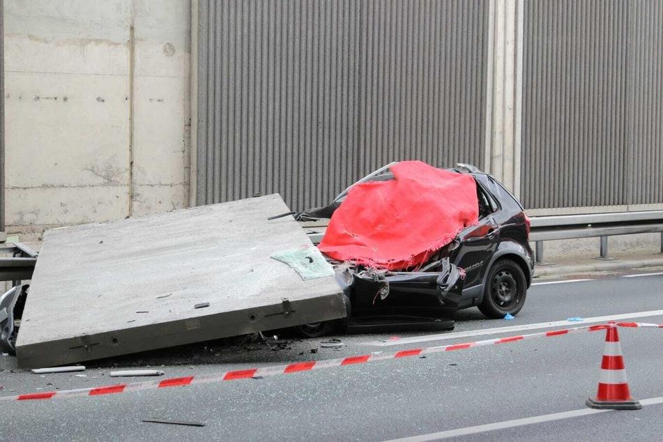 Die Autofahrerin starbt bei dem Unfall.