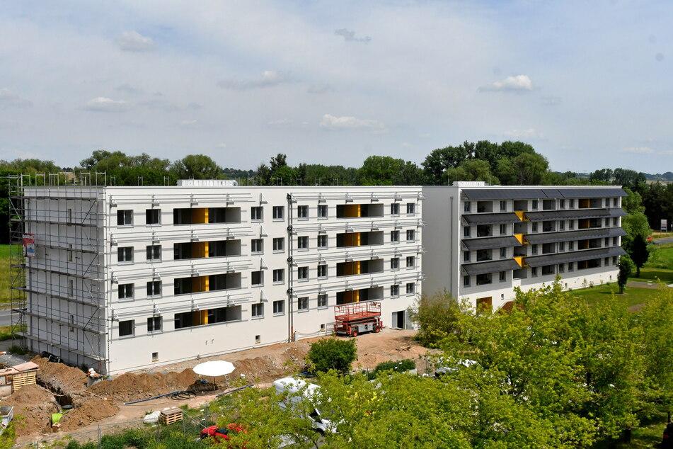 Das vierstöckige Mietshaus der Zukunft mit Solarpaneelen über den Balkonen in Meißen am Albert-Mücke-Ring.