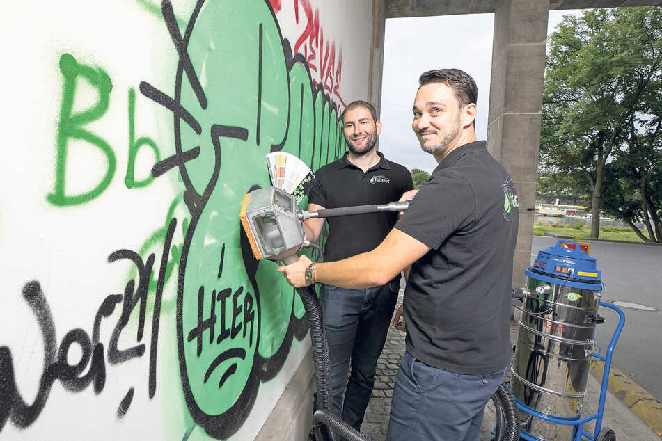 Einfach wegsaugen: Silvio Ullrich (l.) und Thomas Techritz, beide Ullteco-Geschäftsführer, reinigen an der Albertbrücke.