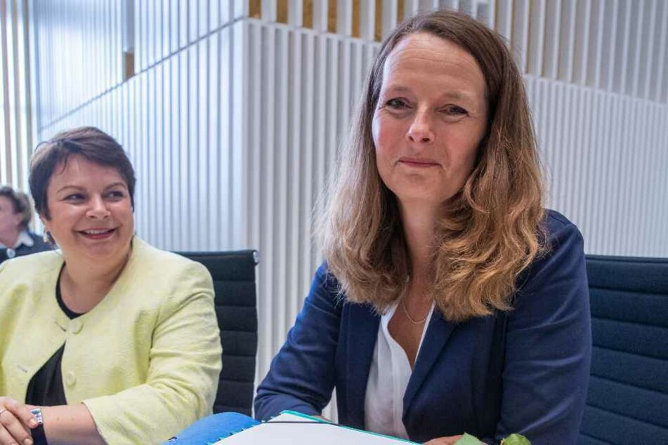 Bettina Martin (SPD, rechts), die neue Kultusministerin von Mecklenburg-Vorpommern, sitzt auf der Ministerbank im Landtag.