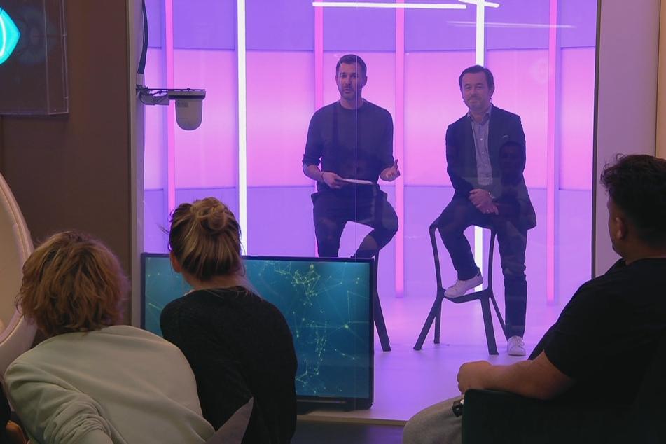 Moderator Jochen Schropp und Big Brother-Arzt Dr. Andreas Kaniewski klären hinter Glas auf.