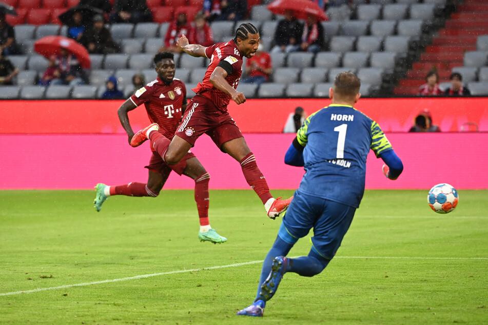 Serge Gnabry (2.v.l.) traf gegen den 1. FC Köln zweifach für den FC Bayern München. Sein zweiter Treffer des Abends war dabei spielentscheidend.