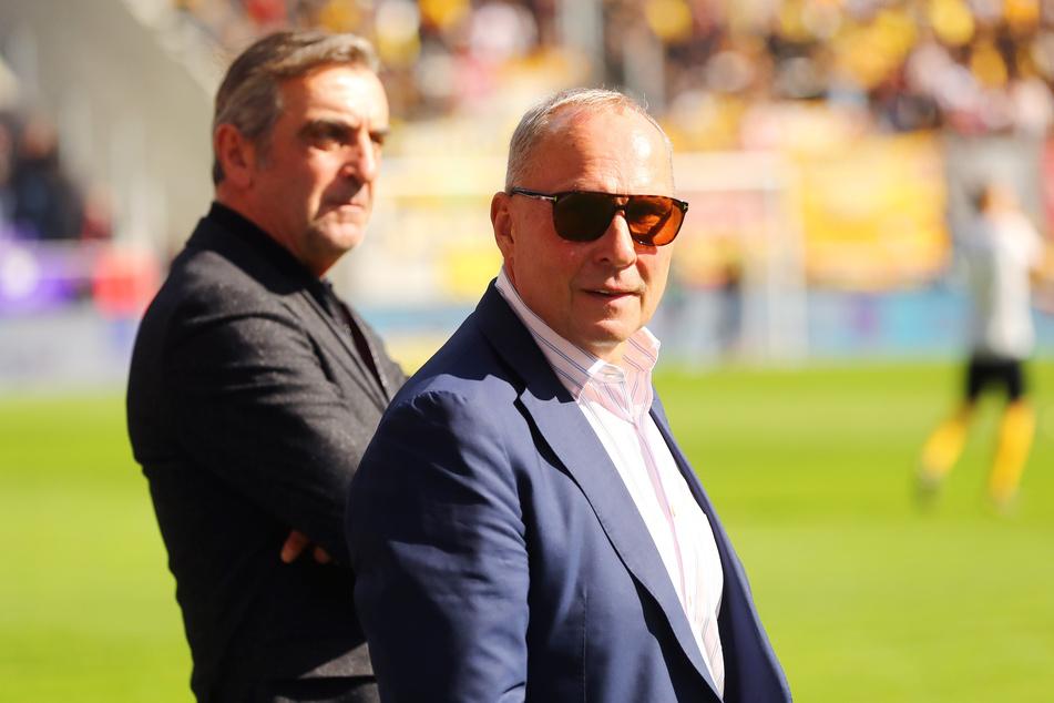 Warten am Donnerstag gespannt auf die Entscheidung der DFL: Aues-Boss Helge Leonhardt (v.) und Dynamos Sportgeschäftsführer Ralf Minge.