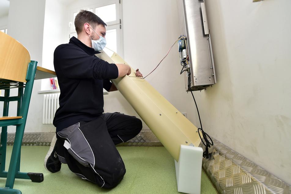 Besser gerüstet als Chemnitz: Nico Namyslak (32) installierte am Freitag Belüftungsgeräte in allen Klassenzimmern der Limbach-Oberfrohnaer Goethe-Grundschule.