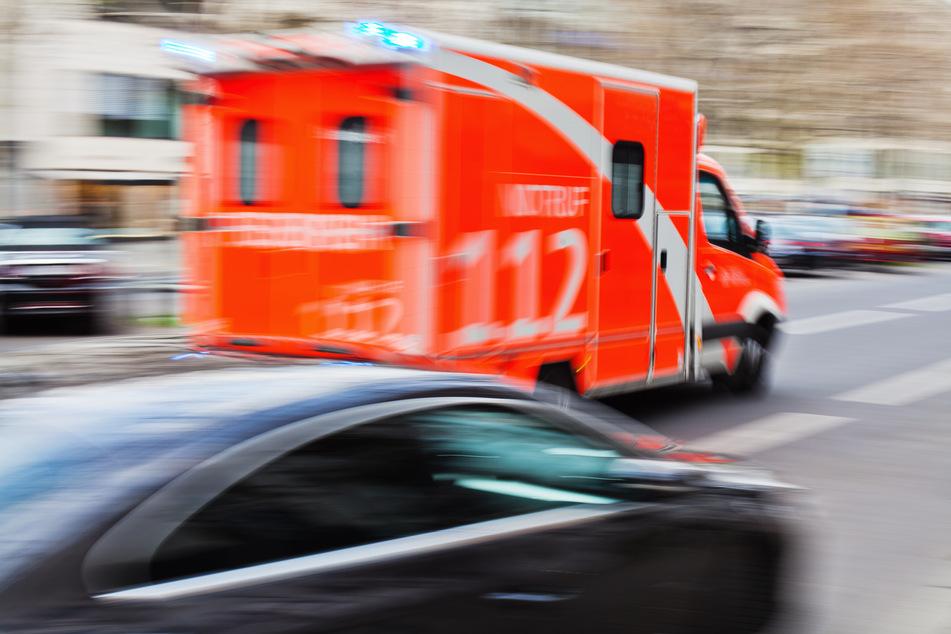 Lebensgefährlicher Unfall: Mann wird zwischen zwei Lkw eingeklemmt