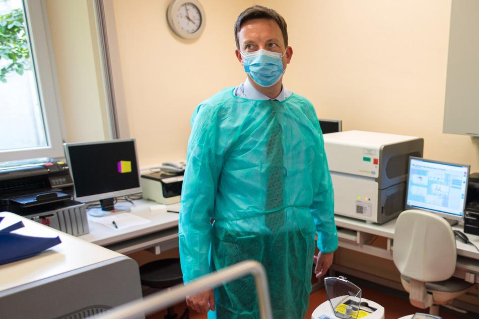 Homburg: Tobias Hans besucht die Virologie der Universitätsklinik.