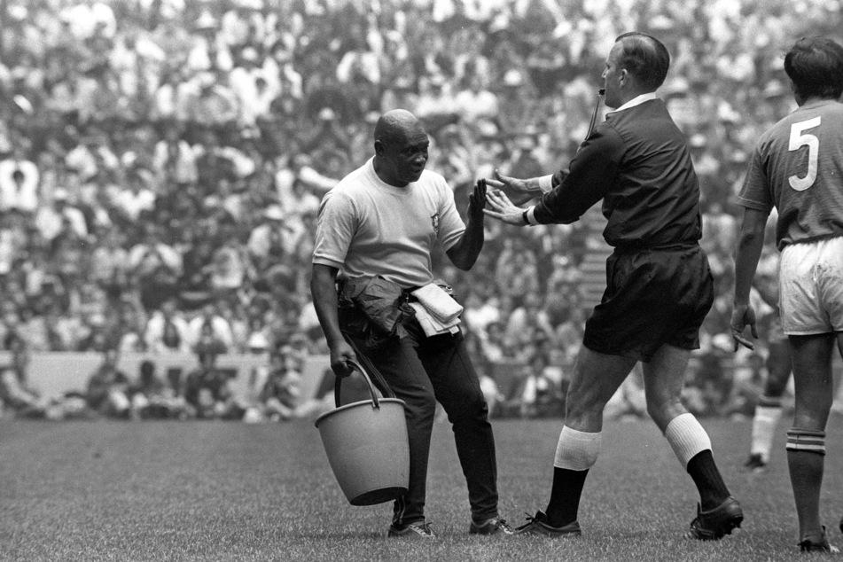 Souverän schiebt der Schiri den Wundermasseur der Brasilianer vom Feld. Zeitschinden gibt es bei Glocke nicht.