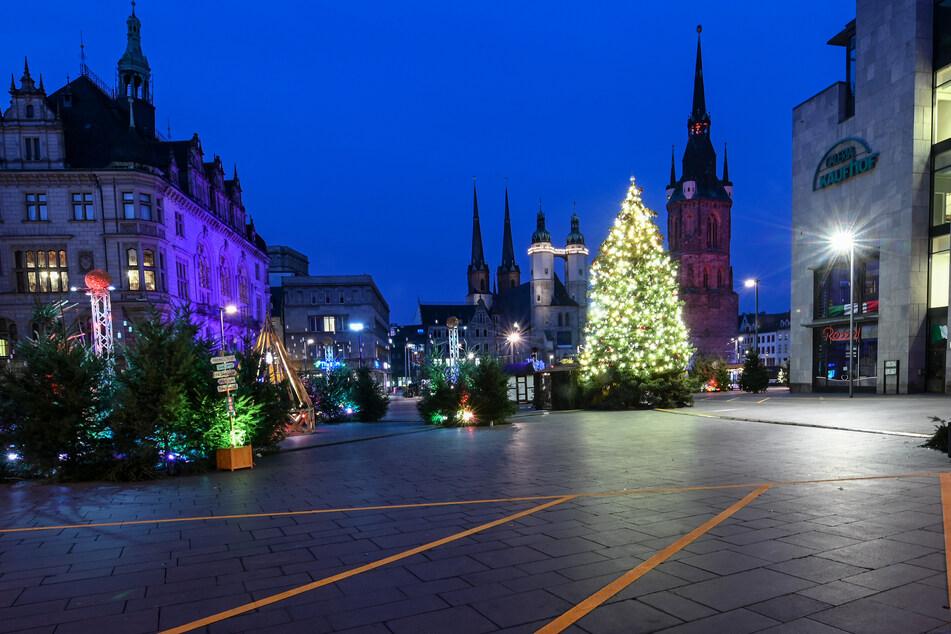 Die Innenstädte werden ab Mittwoch wieder leerer sein. Dennoch ist der Marktplatz in Halle festlich beleuchtet.