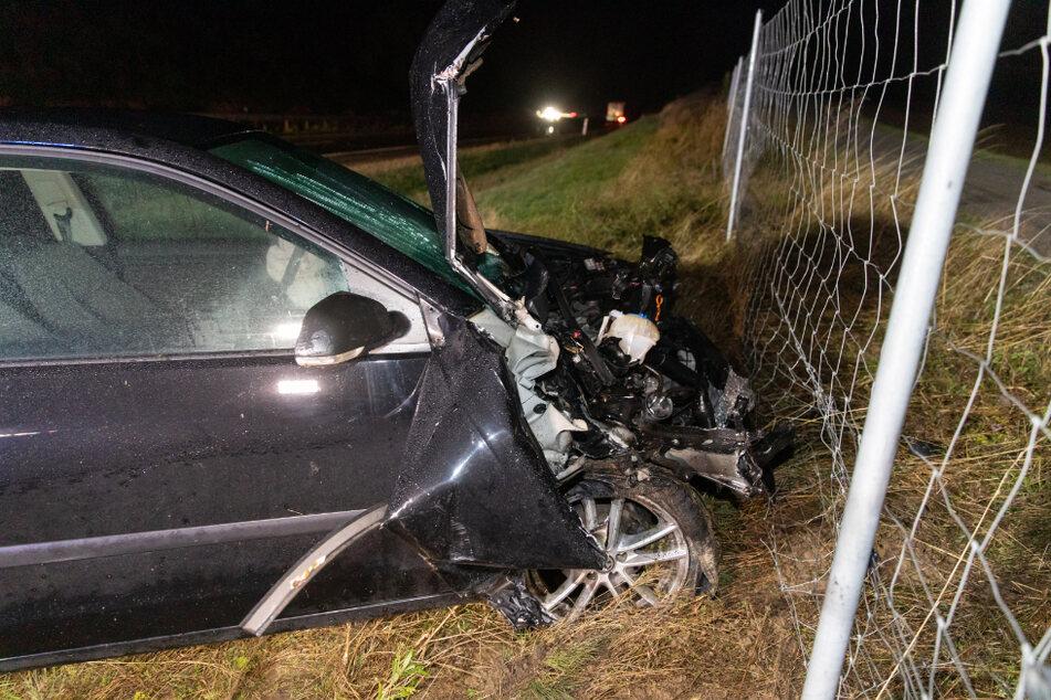 Schwerer Unfall: VW kracht in Lkw und schleudert in Straßengraben