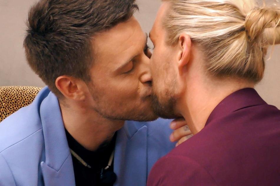 Thomas (30, l.) stiehlt sich den zweiten heimlichen Kuss von Kim (31).