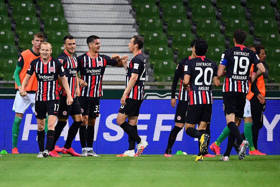 Die Eintracht feiert den Treffer zum 1:0 durch André Silva (3.v.l.).