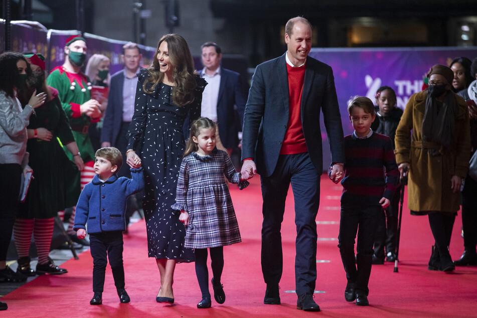 Prinz William (38), Herzog von Cambridge, und seine Frau Kate (39), Herzogin von Cambridge, mit ihren Kindern, Prinz Louis (2, l. - r.), Prinzessin Charlotte (5) und Prinz George (7).