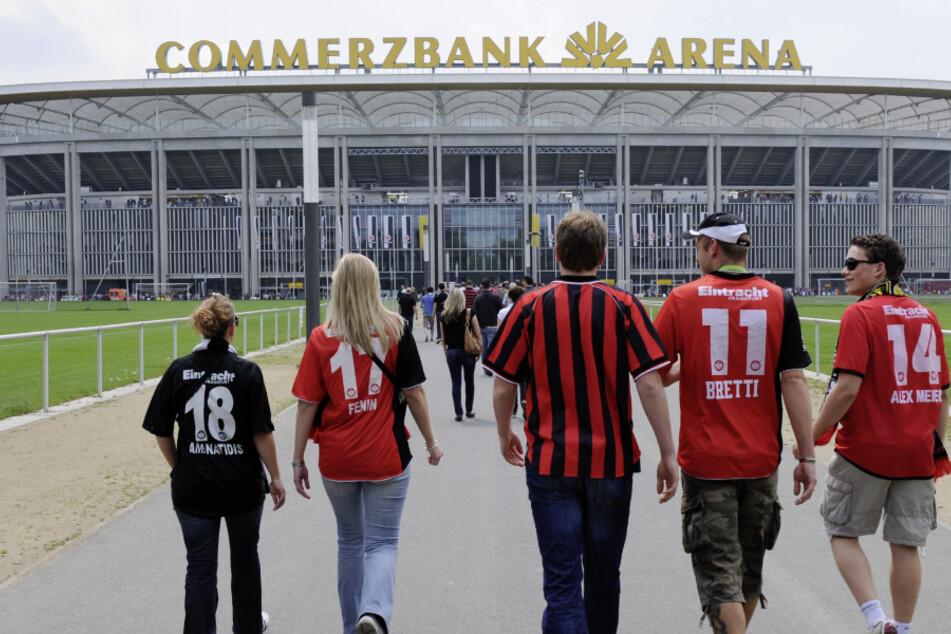 Fußballfans auf dem Weg in die Commerzbank Arena. (Archivbild)