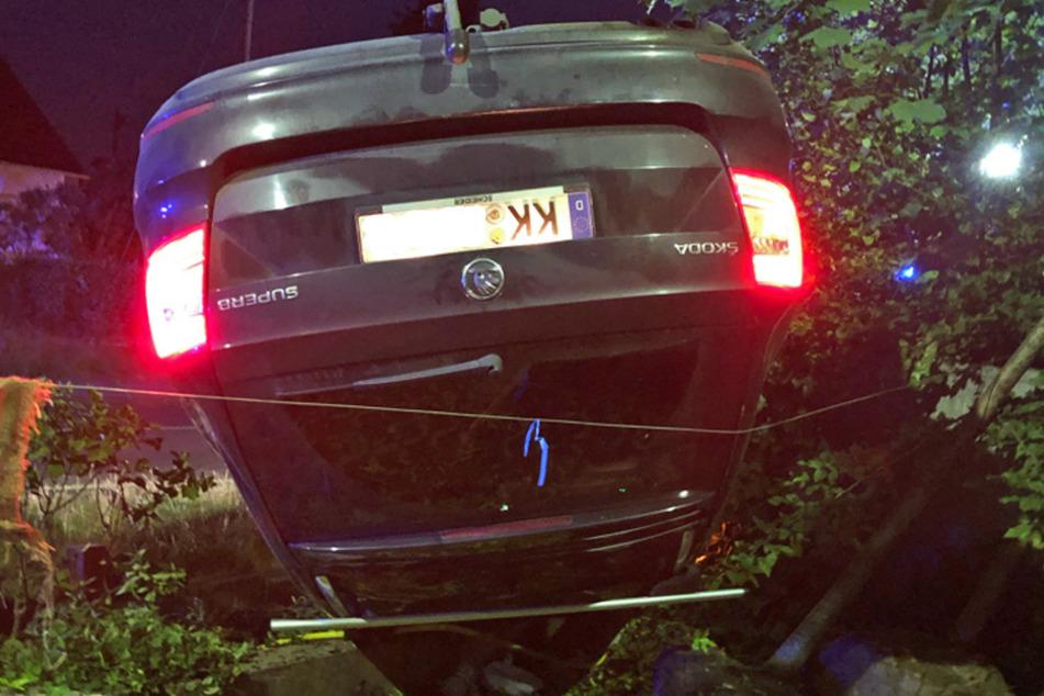 Autofahrer landet kopfüber in einer Baumschule und flüchtet