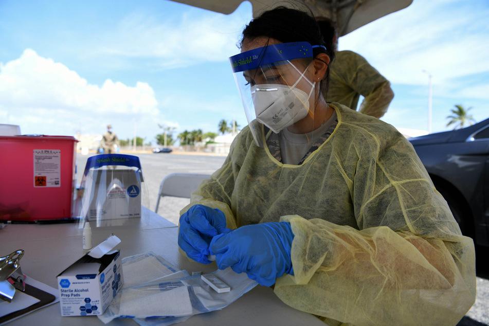 Daisha Alvarez, Medizintechnikerin der Puerto Rico Luft-Nationalgarde, führt auf dem Muniz Stützpunkt COVID-19-Schnelltests für Angehörige der Nationalgarde durch. Zur Unterstützung der Bemühungen der Gesundheitsbehörde von Puerto Rico, die Verbreitung des neuartigen Coronavirus zu verhindern, bot die Nationalgarde freiwillige Schnelltests für alle Mitglieder an.