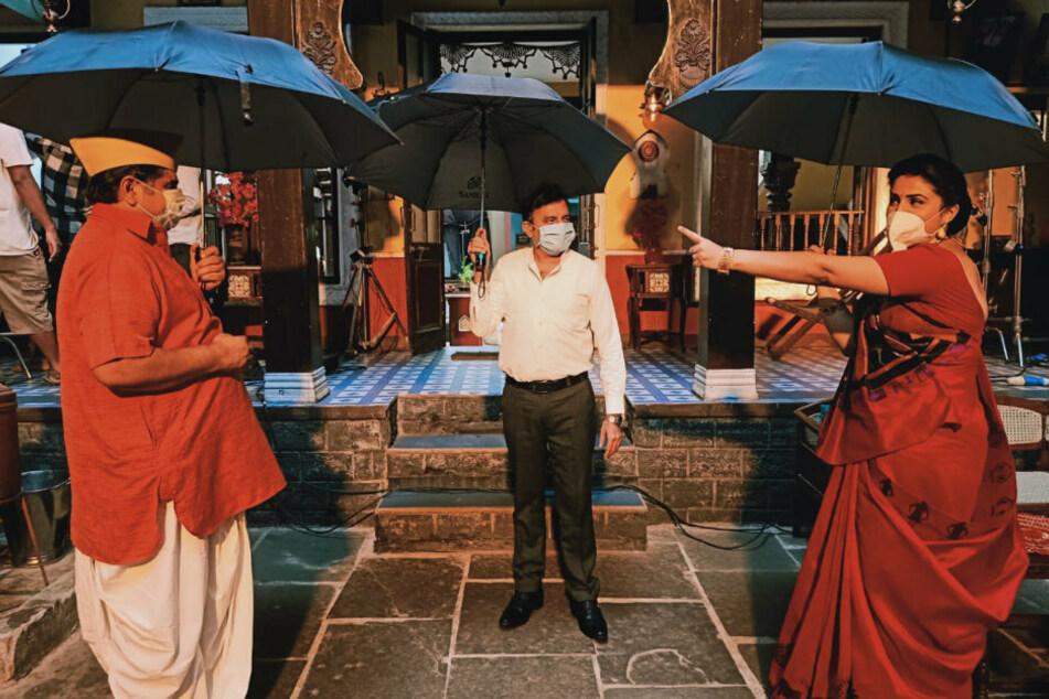 Filmdreh mit Regenschirm in der Hand: Bollywood kämpft gegen Corona