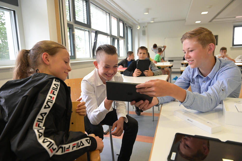 Emmy, Levi, und Frederik (13) sind von den neuen Geräten begeistert.