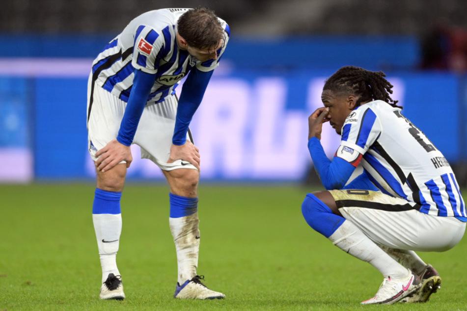 Niklas Stark (l.) und Dedryck Boyata von Hertha zeigen sich nach Spielende enttäuscht.