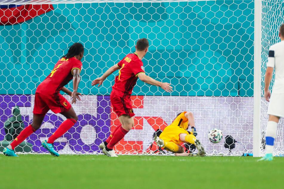 Große Erleichterung bei den Red Devils: Thomas Vermaelen (2.v.l.) köpft zum 1:0 für Belgien ein, der Treffer wurde aber als Eigentor von Lukas Hradecky (2.v.r.) gewertet.