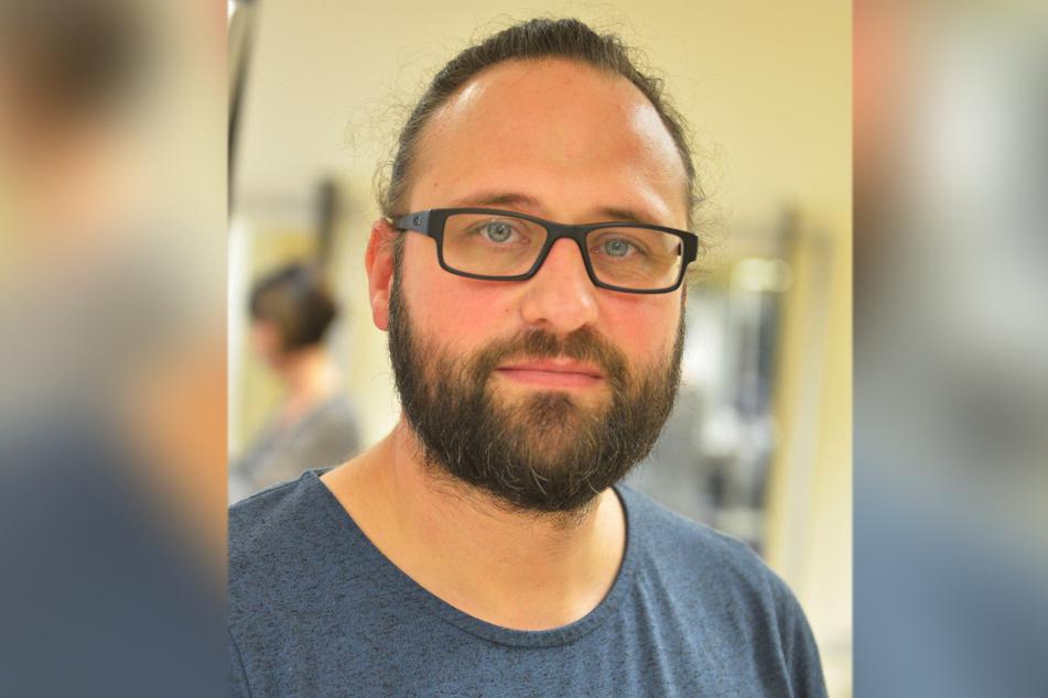 Friseurmeister Jörn Lüdecke (39) beobachtet derzeit einen Schwund an Kunden. Die Ursache sieht er vor allem in der Corona-Testpflicht.