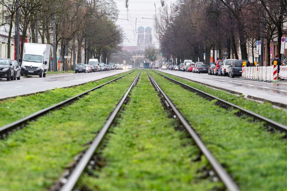 Die Dachauer Straße in München ist am ersten Tag der Ausgangsbeschränkungen fast frei von Fahrzeugen.