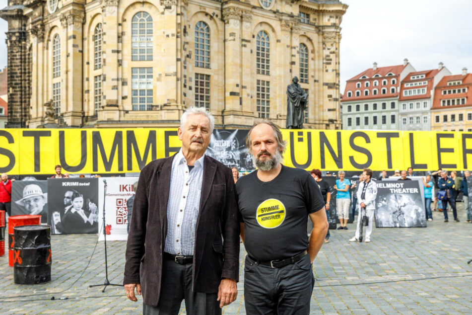 """""""Stumme Künstler"""" auf dem Neumarkt: Kilian Forster (52, r.) mit Ludwig Güttler (77), der den Protest der Kollegen unterstützt und eine Rede hielt."""