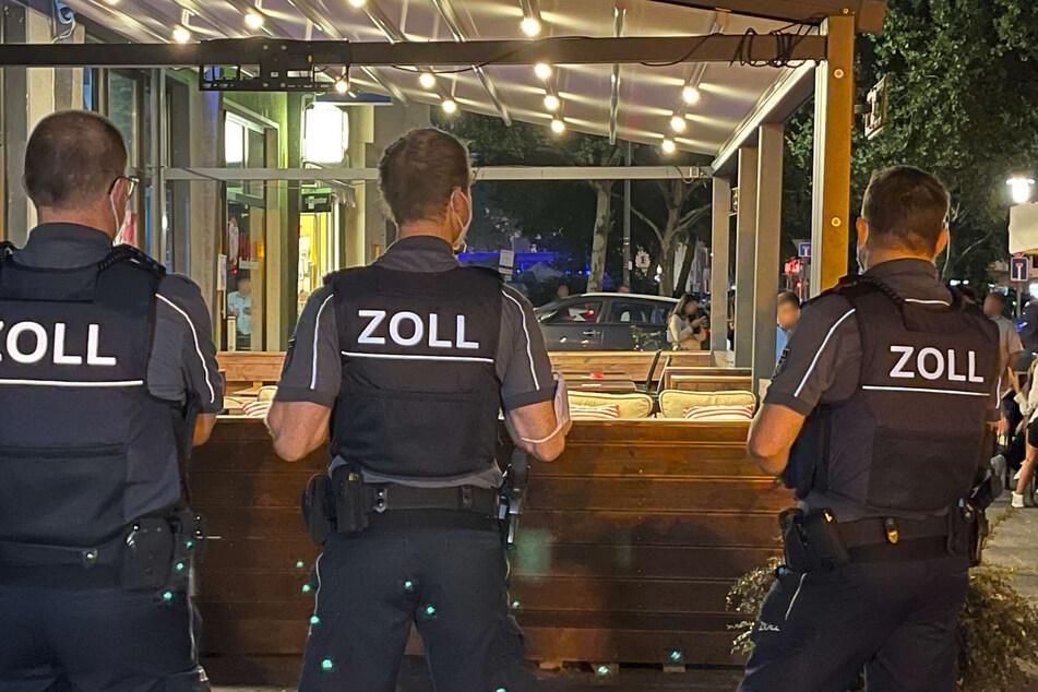 Mitarbeiter des Zolls stehen vor einer Shisha-Bar in Köln.