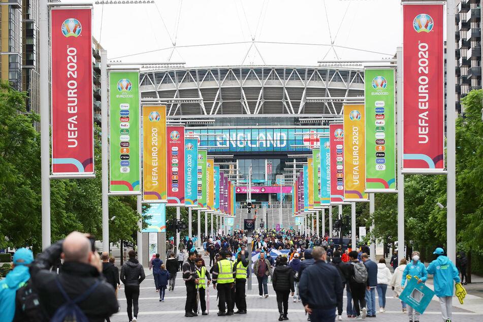 Auch um das Stadion feierten Tausende das Fußballspiel.