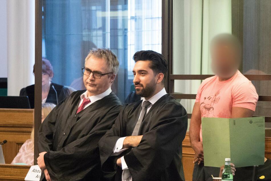 Arafat Abou-Chaker (45, r.) steht in einem Saal des Landgerichts.