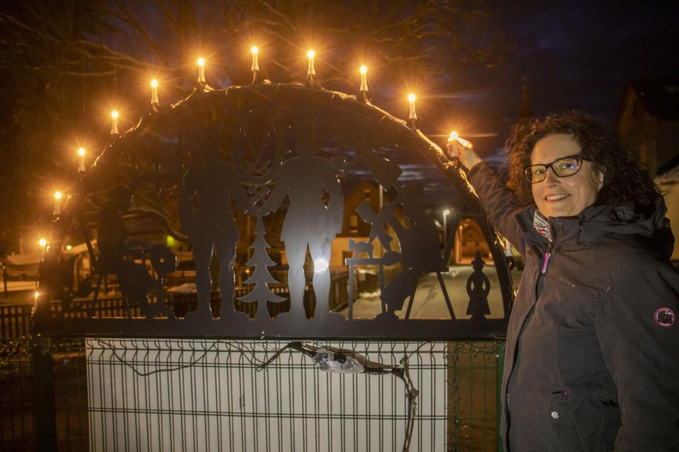 Mandy Frank aus Scheibenberg lässt nun ihren Schwibbogen wieder leuchten.