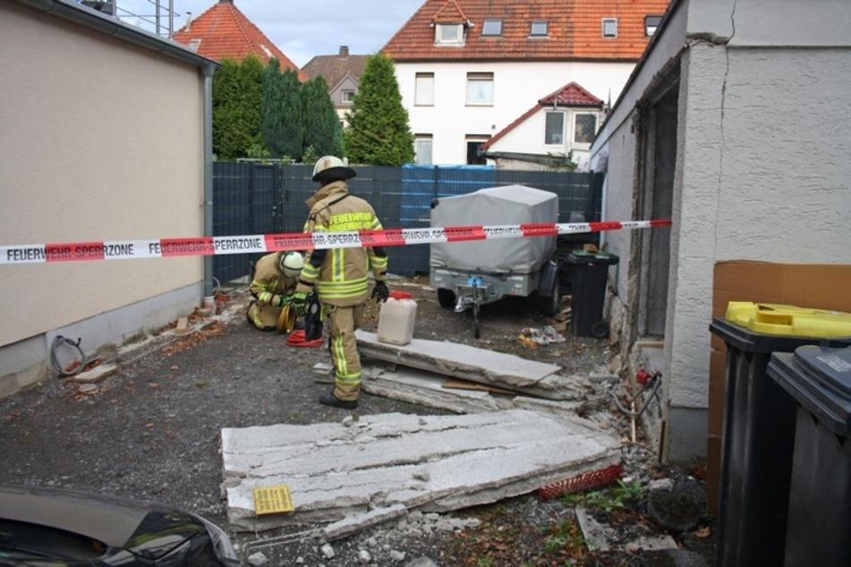 Auto durchbricht Garagenrückwand und verletzt 63-Jährige schwer