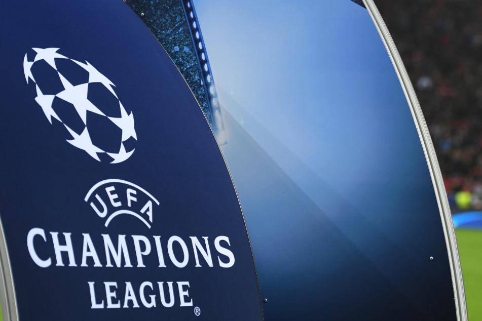 Das Logo der Champions League ist auf einem Aufsteller im Stadion zu sehen.