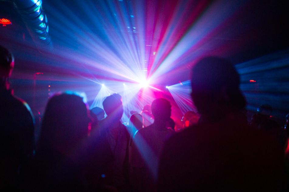 Nachtschwärmer dürfen ab Oktober wieder in Clubs feiern - wenn sie geimpft, genesen oder getestet sind. (Symbolbild)