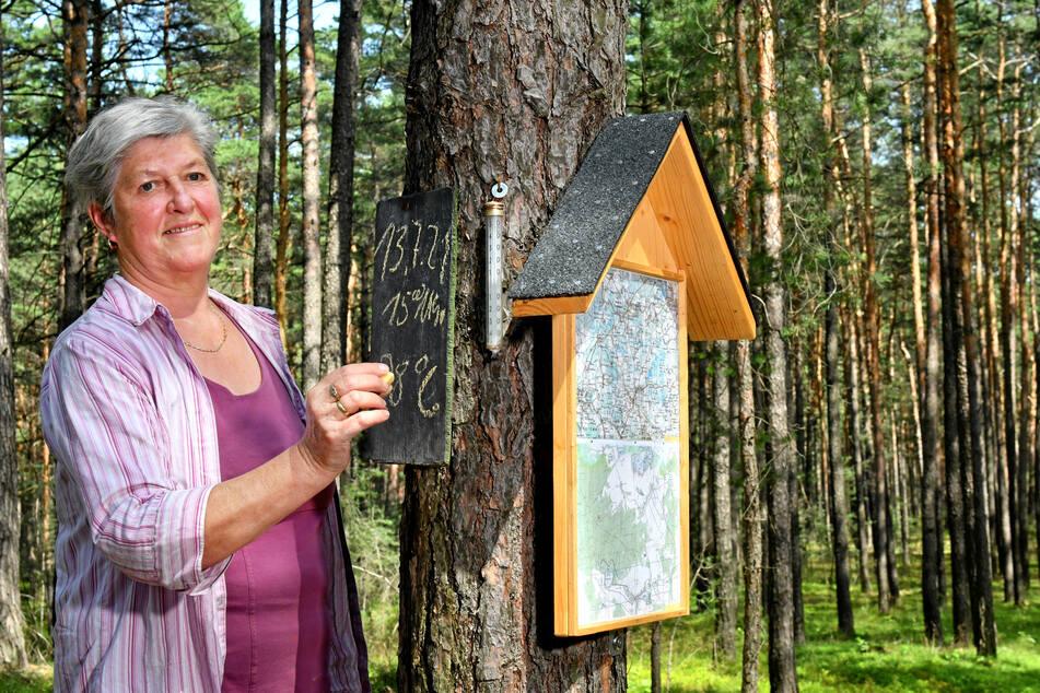 Karin (69) an der Kreide-Tafel und der neuesten Errungenschaft: einer Wanderkarte der Region.