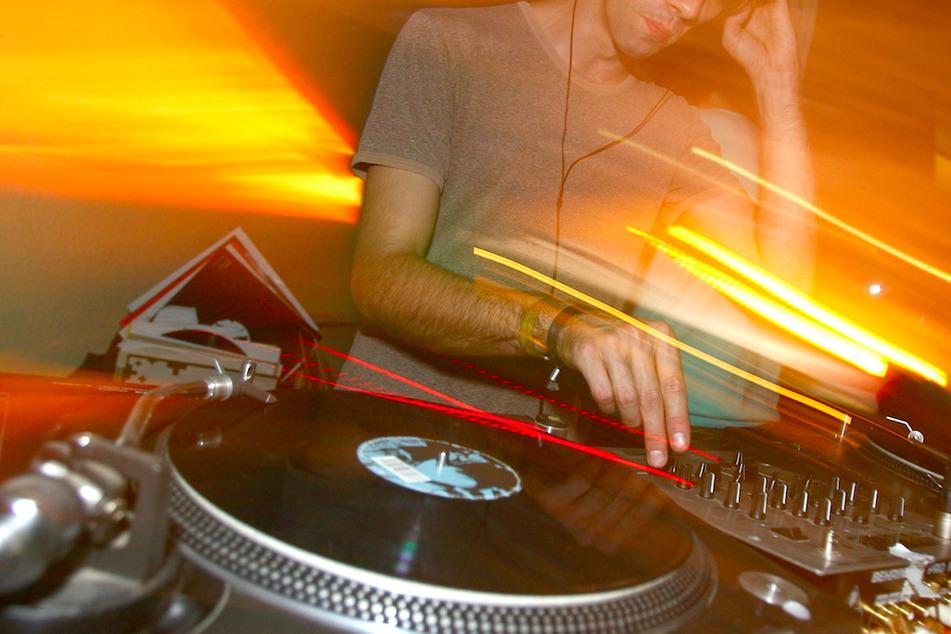 DJ mit Corona legt auf: Partygäste müssen in Quarantäne