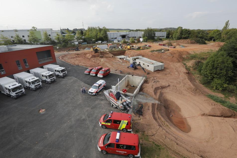 Im Außenbereich des Feuerwehrtechnischen Zentrums wird noch gebaut.