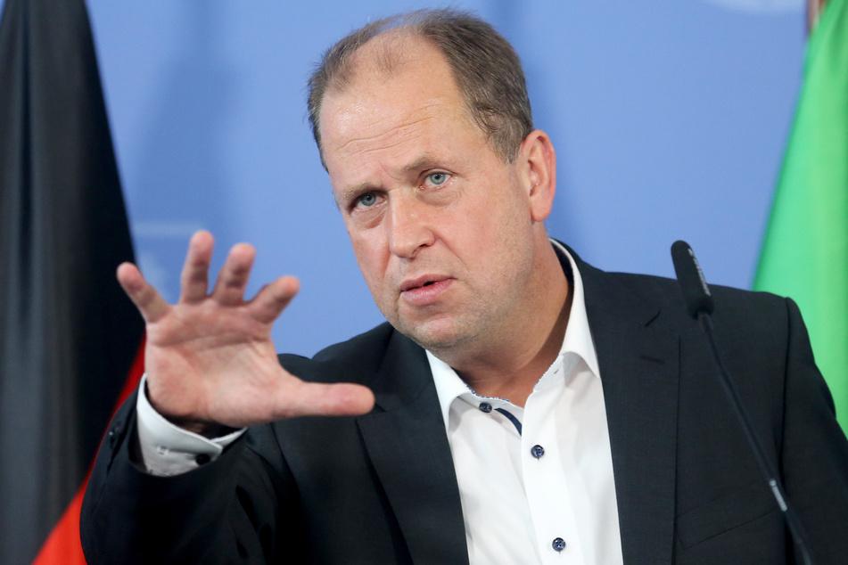 NRW-Minister Joachim Stamp hält nichts von einer Klassenteilung in den Schulen.