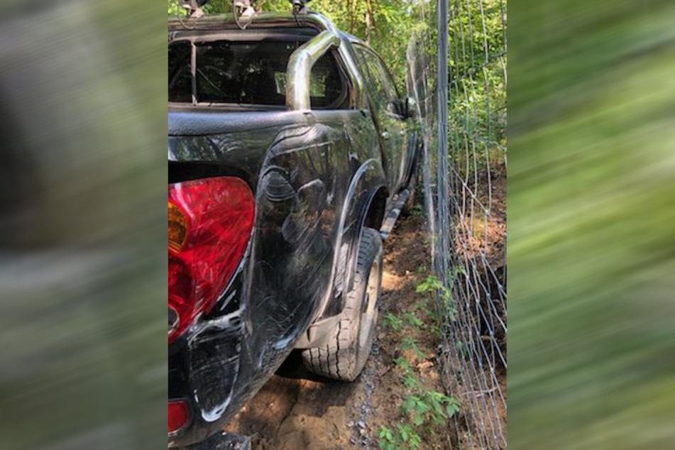 Demoliert am Wildzaun wurde der Forst-Mitsubishi damals aufgefunden. Die Einbrecher hatten versucht, damit durch die Umfriedung zu fahren.