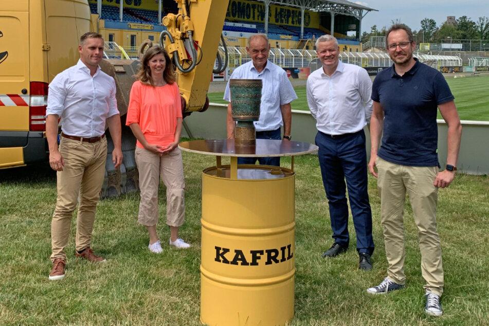 Die KAFRIL-Geschäftsführer Tilo Schröter und Katrin Weist sowie der Gesellschafter Jens Karnahl freuen sich auf die Zusammenarbeit mit Lok Leipzig, hier vertreten durch Vize- Präsident Torsten Kracht und Geschäftsführer Alexander Voigt (v.l.n.r.).